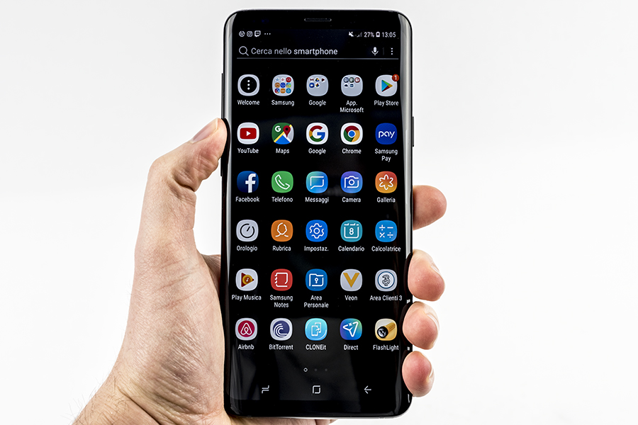 samsung s9 plus in mano